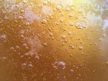 Guld- smältt sockerbakgrund med bubblor Royaltyfri Fotografi