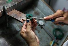 Guld- smed som gör ett vax för ring s att gjuta, royaltyfri foto