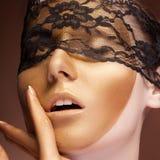 Guld- smink för mode på sinnlig kvinna arkivbilder