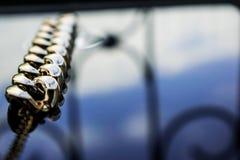 Guld- smycken är gula och olika skuggor Smycken från metalllegeringen med openwork modeller på den reflekterande yttersidan royaltyfria foton