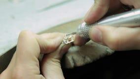 Guld- smycken för juveleraredanande av handen som polerar det lager videofilmer