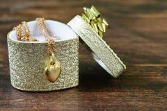 Guld- smycken - halsband med hjärta Royaltyfria Foton