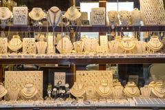 Guld- smycken i ett av smyckena shoppar på den Ponte Vecchio bron i Florence, Italien Royaltyfri Foto
