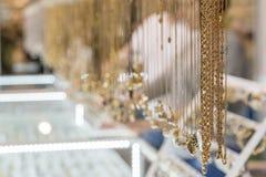 Guld- smycken Guld- kedjor Guld- kedjor i shoppafönstret av en turkisk basar i Skopje smyckenlager Royaltyfri Foto