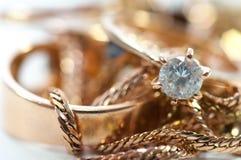 Guld- smycken med ädelstenar, kedjor stänger sig upp royaltyfri foto