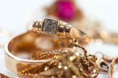Guld- smycken med ädelstenar, kedjor stänger sig upp arkivfoto