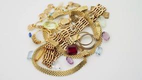 Guld- smycken med gemstones stock video