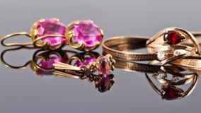 Guld- smycken med rubiner Royaltyfri Foto