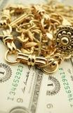 Guld- smycken och pengar Arkivbilder
