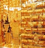 Guld- smycken shoppar över shoppar säljer guld- smycken på det berömt arkivfoton