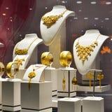 Guld- smycken shoppar fönstret Fotografering för Bildbyråer