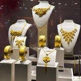 Guld- smycken shoppar fönstret Royaltyfri Foto