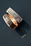 Guld- smycken två cirklar Arkivfoto