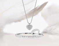 Guld- smyckenuppsättning för diamant Arkivbilder