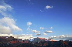 Guld- snö-korkade berg i Tibet Arkivbild