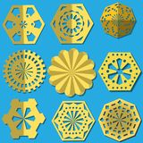 Guld- snöflingor klippte från folie En uppsättning av typer stock illustrationer