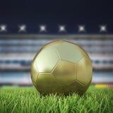 Guld- Soccerball 3D på spelplan Arkivbilder