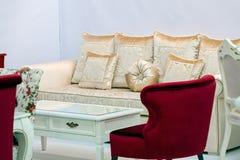 Guld- soffa med kuddar Arkivbilder