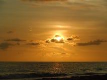 Guld- sol som vaggas i moln Royaltyfri Bild