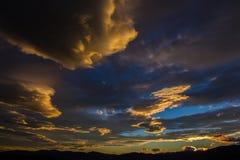 Guld- solnedgång över berg Royaltyfri Foto