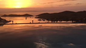 Guld- solnedgång över fjärden stock video