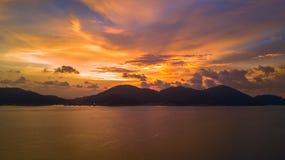 Guld- solnedgång över havet i Pulau Pangkor royaltyfria bilder