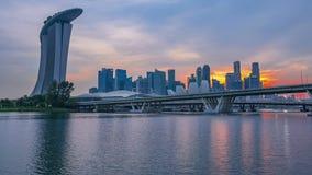 Guld- solnedgång över i stadens centrum Singapore Tid schackningsperiod arkivfilmer
