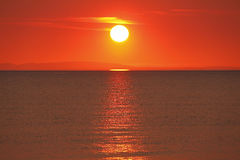 Guld- solnedgång över vatten Arkivbilder