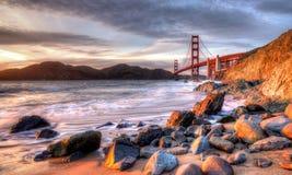 guld- solnedgång för broport Arkivbilder