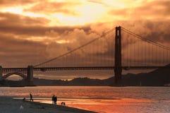 guld- solnedgång för broport Arkivfoto