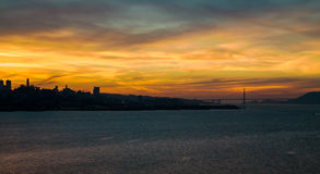 guld- solnedgång för port Royaltyfri Bild