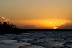 Guld- solnedgång i Caribbeansen med mycket små vågor fotografering för bildbyråer