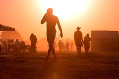 Guld- solnedgång med många personer arkivbild