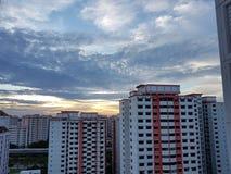 Guld- solnedgång med molnig himmel Arkivbilder