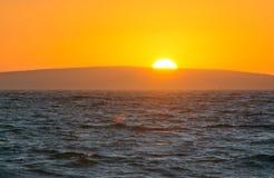 Guld- solnedgång och havhorisont royaltyfria bilder