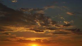 Guld- solnedgång och molnig himmel, timelapse