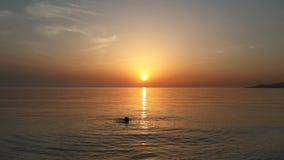 Guld- solnedgång på Blacket Sea Arkivfoton