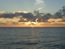 Guld- solnedgång på Blacket Sea Arkivbild