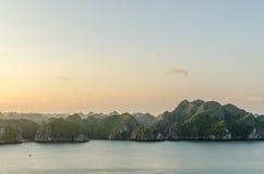 Guld- solnedgång på den Halong fjärden Royaltyfri Foto