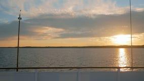 Guld- solnedgång på floden stock video