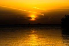 Guld- solnedgång på havsaftonseascape Royaltyfri Foto