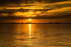 Guld- solnedgång på havsaftonseascape Arkivbild