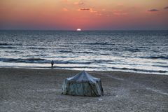 Guld- solnedgång på kusten av havet av den Gaza staden arkivbilder