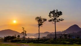 Guld- solnedgång på Silver Lake Pattaya royaltyfria bilder