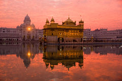 guld- solnedgångtempel royaltyfri fotografi