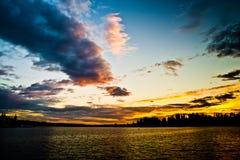 Guld- solnedgångutbyte med mörker på den Meydenbauer stranden parkerar, Bellevue, Washington, Förenta staterna royaltyfria foton