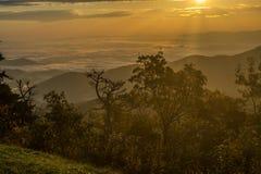 Guld- solstrålar över blåa Ridge royaltyfri foto