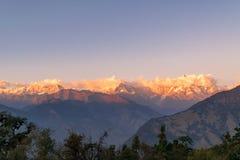 Guld- solstrålar som faller på snö cladded maxima av den Gangotri gruppen av Garhwal Himalayas under solnedgång från Deoria Tal Arkivfoto