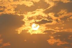 Guld- solstrålar under solnedgången Arkivfoton