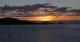 Guld- soluppgång över de tropiska öarna Arkivfoto